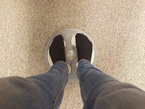 Pyörivä lauta tasapainon ja vinojen vatsalihasten harjoittamista varten..